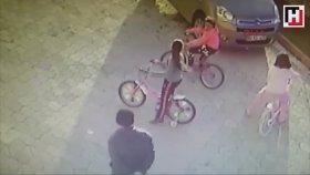 Küçük kızın kafasına parke taşıyla vurup, serbest kalabilen yaratık.