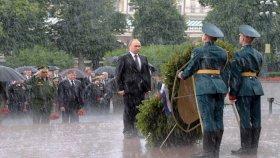 Putin'in Merasimde Aniden Bastıran Yağmurla Sırılsıklam Olması
