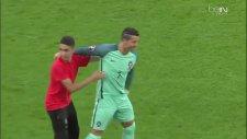 Sahaya Giren Hayranıyla Takımca Fotoğraf Çekinen Ronaldo