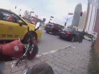 Biranda Açılan Taksinin Kapısına Çarpan Motorcu