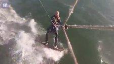Sörfçünün Sörf Yaparken Kambur Balinaya Çarpması
