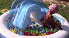 Büyük mavi havuzda aliş hano ve minik baby born ile oynama rengarenk toplar, eğlenceli çocuk videosu