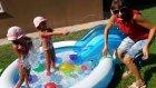 Büyük mavi havuzda su balonları ile oynuyoruz, Eğlenceli çocuk videosu