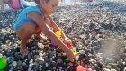 Elif Denizde Oynuyor , Plajda Çiçek Ekiyor, Eğlenceli Çocuk Videosu