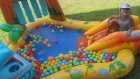 elif dinozor havuzunda oynuyor. rengarenk toplar ve kaydırak Eğlenceli çocuk videosu
