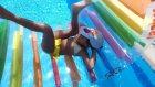 Havuzda silindir ile oyun keyfi.Eğlenceli çocuk videosu