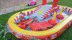 intex araba kaydıraklı oyun havuzu bahçede