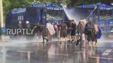 Öpüşen Çifti Su ile Püskürten Alman Polisi