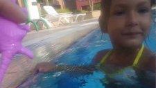 Su maymunu hayvanlar ve deniz botu ile havuzda oynadık .. Eğlenceli çocuk videosu