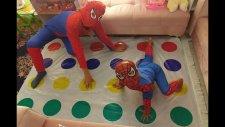 Büyük Küçük Spiderman Twister Oynuyor, Eğlenceli Çocuk Videosu
