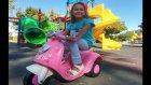 Elif elektrikli motor ile parkta geziyor oynuyor .Eğlenceli çocuk videosu