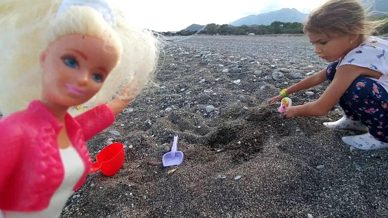 plajda baloncuklar ve küçük oyuncaklarla oyunlar ve taş resimleri ...