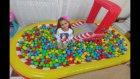 Top dolu cars havuzu içinde sürpriz yumurtalar bulmaca oynadık, eğlenceli çocuk videosu
