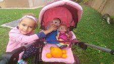 Elif Elsa Maşayı Oyuncak Bebek Arabası İle Gezdiriyor, Eğlenceli Çocuk Videosu