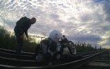 Motosikletli Sürücünün Demiryolu Köprüsüne Sıkışması
