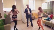 Striptiz ile Bankayı Protesto Etmek