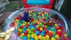 Zıplama havuzlarında yarışmalar, eğlenceli çocuk videosu