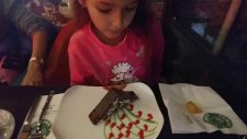 Bıyıklı Kedi, Yemen Cafe Elife Sürprizli Pasta, Eğlenceli Çocuk Videosu