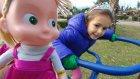 Elif maşayı oyuncak bebek arabası ile parkta gezdiriyor.Eğlenceli çocuk videosu