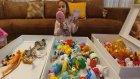 MC Donalds ve sürpriz yumurtalardan çıkan küçük oyuncakları ayırıyoruz , eğlenceli çocuk videosu