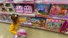Elif arkadaşına hediye alıyor, oyuncak alışverişi