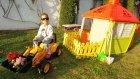 Elif iş makinası ile iş yapıyor kum ,toprak taşıyor , eğlenceli çocuk videosu