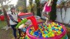Kaydırak ile Top havuzlarında oyunlar , eğlenceli çocuk videosu