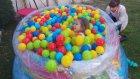 Dev topitop bahçede top havuzu ile oynuyoruz, eğlenceli çocuk videosu