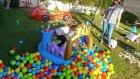 Prenses kalesi ve toplarla bahçede oyunlar, eğlenceli çocuk videosu