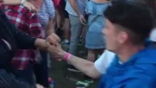 Dansa Aşırı Hevesli Partnerini Tekmeleyen Kız