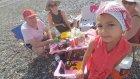 Plajda deniz kabuğu arıyoruz, Elif moanayı kaybetti, eğlenceli çocuk videosu