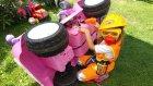 Tamirci Ustası oyuncak evin çatısını ve pembe jeepi tamir ediyor, eğlenceli çocuk videosu
