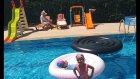 Havuzda sualtı yarışmaları , sualtında halkalar ve yunuslar topluyoruz, eğlenceli çocuk videosu