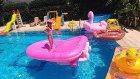 Hello Kitty havuz ile büyük havuzda oynuyoruz, eğlenceli çocuk videosu