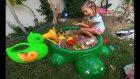 Kaplumbağa havuza kum doldurduk , eğlenceli çocuk videosu