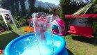 Mavi havuzda eğlence oyunlar, çiçekler çocuk videosu