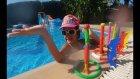 Sualtı oyuncakları ile yarışmalar torpiller yunuslar halkalar ve çubuklar, eğelenceli çocuk videosu