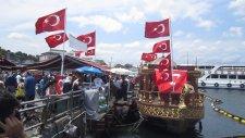 Türk Bayraklarıyla Donatılmış Balıkçı Teknesi Tarihi Eminönü Balıkçısı 3 Tekne Mevcut Aykut öğretmen