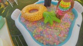 Büyük Oturaklı Havuzda Su Balonları ile Challangeler ve Su Savaşı 2 - Prenses Elif