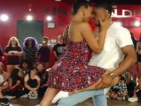 Dans Ortasında Evlilik Teklifi Yapan herif