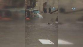 Yağmurda Yüzen Adam - İstanbul
