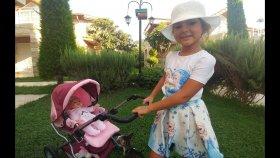 Elif Bebişler ile oynuyor,yemek hazırlıyor uyutuyor, bahçe ve havuz gezintisi, elifin videosu