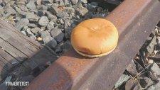 1 Dolarlık Hamburgerin Üzerinden Tren Geçirmek