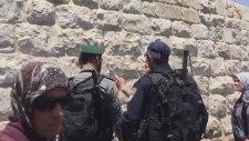 İsrail Askerinin Müslüman Adama Salladığı Yumruk