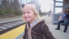 Hayatında İlk Kez Gerçek Tren Gören Tatlı Kız