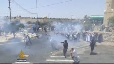İsrail Askerinin Namaz Kılan Adama Tekme Atması