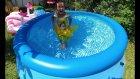 Hello Kitty Havuz ve Mavi havuzu açıyoruz.Bella havuzda yüzüyor.Eğlenceli çocuk videosu