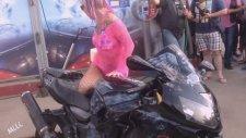 Motosikleti Sahibi İle Yıkayan Etkileyici Hatun