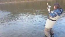 Yakaladığı Balıktan Korkup Çılgına Dönen Kadın