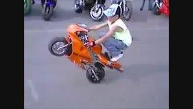 Motosiklet Süren Süper Yetenekli Küçük Çocuklar